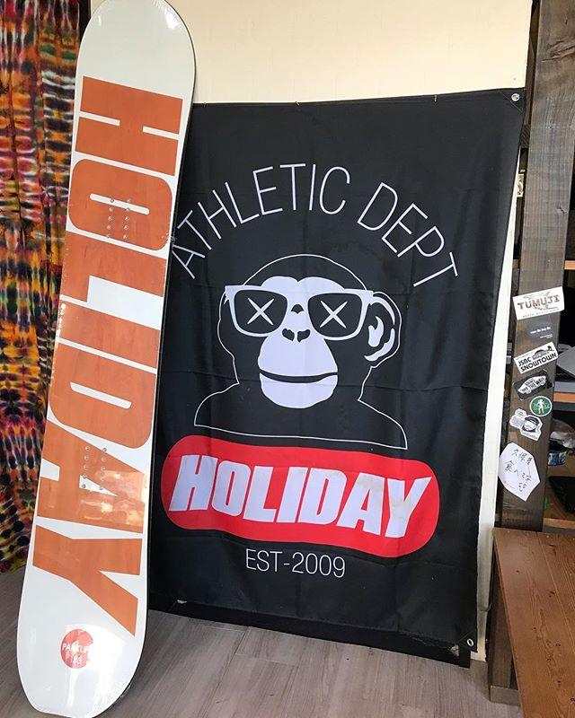 おはよーございまーす!10月14日(日)15:00おーぷん♫・COLORGANGで大人気HOLIDAY@holiday_snowboards・やっぱり人気で在庫残り1本となりました!!!!・PARK LIFE 153¥73000+tax・RIDER大塚 知正@tomomasa.otsukaも愛用してるので、間違いのない一本デス!!!!乗り味はトモさんに会ったら聞いてみてください笑・メーカー在庫も少なくなってきてるみたいなので、悩んでる方、お早めにお越しくださいませ。・今日もお待ちしてマス!!!!・#colorsnowboardshop #colorgang #ヨコノリスタ #イロヲ出セ #snowboardshop #宇都宮 #カラースノーボードショップ #holiday #sketch #11月3日