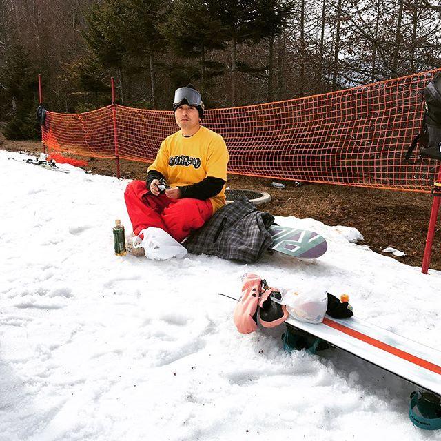 おはよーございまーす!12月8日(土)おーぷんですよ〜!.寒いですね〜各スキー場もこの寒波に合わせて人工降雪機フル稼働の模様〜.スキー場のスタッフも頑張ってくれていますイロイロもーすぐ♫ワクワクが止まりませーーん!笑笑.今日ではありませんが、懐かしいCOLORGANG tee発見ー!!.COLORGANGのアパレルには歴史があります毎年楽しみに待っててくれるファンも多く、キャプテンしんじさんも喜んでおりましたよー!自分もそのファンの1人デス!!!笑.だいぶ揃えているコレクターも多いんではないでしょうか??.新作はもちろん、旧作のアイテムも引っ張り出してコーディネートなんかも意外と楽しいですよ〜!.オシャレはアイディアファッションも楽しんでいきましょ〜!!!.今日もお待ちしてまーーーす!.#colorsnowboardshop #colorgang #ヨコノリスタ #イロヲ出セ #snowboardshop #宇都宮 #カラースノーボードショップ #スノーボード #アパレル #ファッション