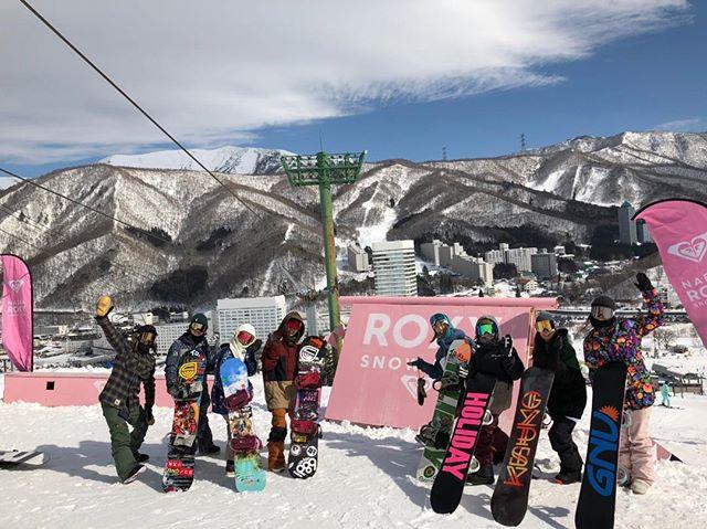 おはよーございまーす!2月4日(月)やってますよ〜♫.昨日は.ガールズセッション@苗場スキー場.フィルミングセッション📸@南郷スキー場.の同時開催デシタ!!!.どこのスキー場も天気も良く、まさに″THE DAY″てやつだったのではないでしょーか!.自分は南郷に参加してきましたよ〜!.やっぱり撮影は難しい!笑.でもカメラが回るといつもより気合いが入って楽しいっすね!.ガールズセッションも楽しかったみたいで何よりっす次回も予定してるみたい!ガールズ達、お楽しみに〜!.主催のねもげん、みゅーてぃ、りりちゃんお疲れ様デス︎!.参加したCOLORGANGもお疲れ様デシター!!!!..明日の営業時間変更のお知らせ.2月5日(火)19:30オープンとなります。ご注意下さい。.ご迷惑をおかけしますがよろしくお願いシマス.今日もお待ちしてまーす!.#colorsnowboardshop #colorgang #ヨコノリスタ #イロヲ出セ #snowboardshop #宇都宮 #カラースノーボードショップ #スノーボード #ガールズセッション #フィルミングセッション #苗場スキー場 #南郷スキー場 #営業時間変更のお知らせ