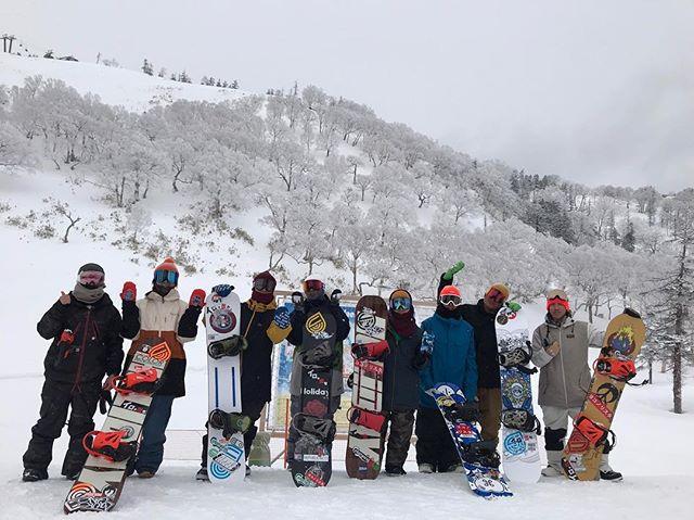 おはよーございます!2月9日(土)やってますよ〜!.今日は寒い!お店の前もちらほらと降ってきましたよ〜☃️.苗場組から写真頂きました〜!.苗場組は一泊してくるみたいですよ〜!夜も楽しそうですね♫.今日もお待ちしてますよー!.#colorsnowboardshop #colorgang #ヨコノリスタ #イロヲ出セ #snowboardshop #宇都宮 #カラースノーボードショップ #スノーボード #苗場スキー場