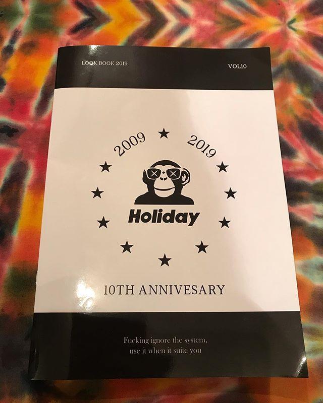 おはよーございます!2月15日(金)やってますyo〜!!.来シーズンのHOLIDAYカタログは.RIDERハル @haruka.konumaがフューチャーされてますよ〜!.板のチェックに合わせてコチラもチェックお願いします〜!ハルおめでとう.HOLIDAY RIDERトモさん @tomomasa.otsukaハル @haruka.konuma.は来シーズンモデルの板をすでに乗ってます〜!乗り味の生の声聞けますよ♫気になる方は直接聞いてみてください♪.明日の営業時間変更のお知らせ️.2月16日(土).友人の結婚式に参加のため臨時休業とさせていただきマスご注意下さい️.忙しい時期にご迷惑をおかけしますがよろしくお願いします.今日もお待ちしてまーーース!!.#colorsnowboardshop #colorgang #ヨコノリスタ #イロヲ出セ #snowboardshop #宇都宮 #カラースノーボードショップ #スノーボード #holiday #結婚式 #臨時休業