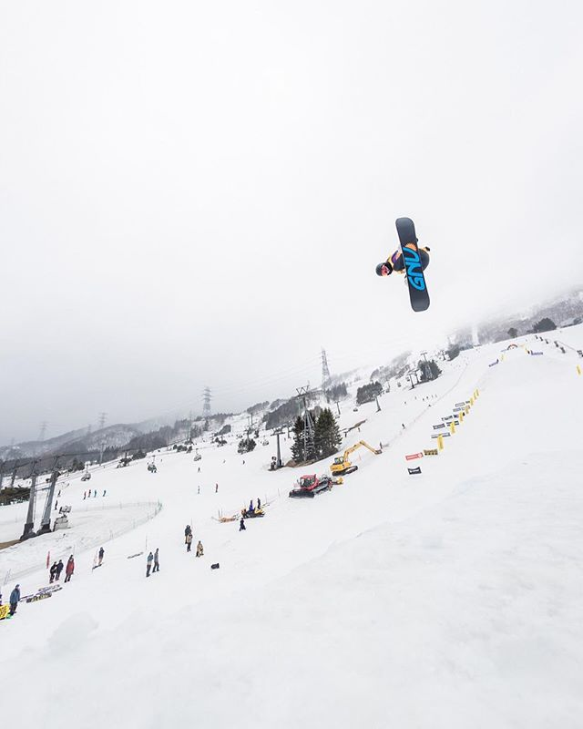 おはよーございます!4月5日(金)やってまーす!.RIDERリリちゃん @riri_tarusawa.AIRMIX.おつかれちゃんちゃん!.今日もお待ちしてまーす!!!!.#colorsnowboardshop #colorgang #ヨコノリスタ #イロヲ出セ #snowboardshop #宇都宮 #カラースノーボードショップ #スノーボード #airmix
