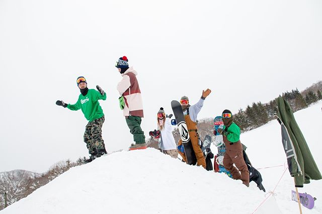 おはよーございます!5月14日(火)やってました〜!.シーズンもひと段落しお店もスローな感じになってきましたよ♫.このスローな時間もみんなとゆっくり出来て好きなんです。.本日閉店なり。.明日から2日間定休日となりますー!.ご注意下さいませ!.今日もあざっした!!.#colorsnowboardshop #colorgang #ヨコノリスタ #イロヲ出セ #snowboardshop #宇都宮 #カラースノーボードショップ #スノーボード #スローライフ