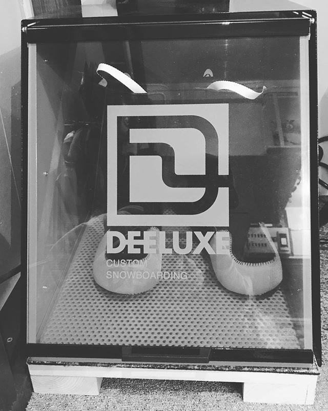 10月29日(火)やってます!.エジプト帰りゆーかちゃん遊び来てます♫.DEELUXEブーツ焼いてます。ブーツで悩んでる人は自分の足型に成型しましょう!ちょーしいいっすよー♫.今日もお待ちしてまーす!.#colorsnowboardshop #colorgang #ヨコノリスタ #イロヲ出セ #snowboardshop #宇都宮 #カラースノーボードショップ #スノーボード #deeluxe