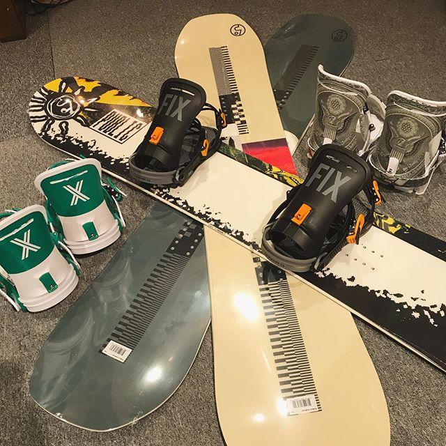 11月24日(日)オープンです♫.新規取扱ブランド.PUBLICFIX.入荷してます🏋🏿♀️.ヒップホップでも聴きながらDarkにカッコつけて滑っちゃってください。.ご来店お待ちしてまーす!.#colorsnowboardshop #colorgang #ヨコノリスタ #イロヲ出セ #snowboardshop #宇都宮 #カラースノーボードショップ #スノーボード #入荷情報 #public #fix