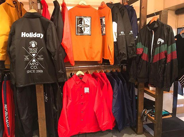 12月21日(土)オープンしてまーす!.アウターコーナー作りました。.HOLIDAYREPUBLIC686COMMONNOMADICCOLORオリジナル.とイロイロあります。お出掛けやスノーボードお供に是非。.本日19:30 CLOSEご注意下さい。.今日もお待ちしてまーす!.#colorsnowboardshop #colorgang #ヨコノリスタ #イロヲ出セ #snowboardshop #宇都宮 #カラースノーボードショップ #スノーボード #アウター
