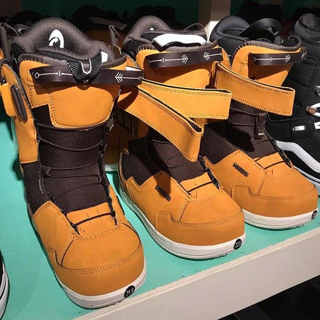 12月2日(月)やってまーす!.あーめーあーめー。山は雪降ってください☃️.DEELUXEID LARA在庫あります。.21.5の小さいサイズもありますよー!ブーツお探しの方は是非。.久保焼きます.今日もお待ちしてまーす!.#colorsnowboardshop #colorgang #ヨコノリスタ #イロヲ出セ #snowboardshop #宇都宮 #カラースノーボードショップ #スノーボード #在庫情報 #deeluxe