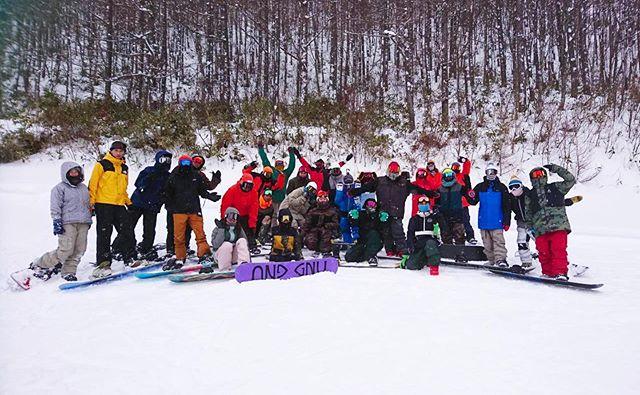 1月5日(日)やってまーす!.2020営業スタートです!!!!.雪不足と騒がれるシーズンスタートですが、十分遊べますよー!!パウダーだって滑れます.オープンが遅れていた南会津のスキー場も続々とオープン致しました!.天然雪は自然の恵み☃️降るのが当たり前ではないんです。降った時に。あるうちに。.お店ではリアルなスキー場の情報も共有出来ますよ!どこ行こーなんて悩んだ際は一度ご来店してみてください♫.写真は昨日のたかつえ。COLORGANGにいっぱい会えました!!ローカルゲレンデあるあるの行けば誰かいる。ローカルゲレンデの楽しみの1つっすね!セッションした皆様、お疲れ様でしたー!.今日もお待ちしてまーす!.#colorsnowboardshop #colorgang #ヨコノリスタ #イロヲ出セ #snowboardshop #宇都宮 #カラースノーボードショップ #スノーボード #2020 #たかつえスキー場
