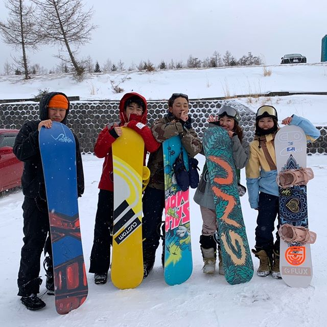2月27日(木)閉店でーす!.昨日のバースデーガール@riri_tarusawaおめでとう.りりちゃんも雪マジの年代になり、お友達たちもスノーボードをやり始める年頃になってきましたね〜!自分は雪マジとは無縁でしたがやっぱり雪マジは羨ましいっス!笑.ガンガン雪マジ利用して滑りまくっちゃってくださいね😎..本日も駆け込みオーダーありがとうございました!!!!いつもいつも助かります明日も引き続き締めブランド多数です。みんなのご来店お待ちしておりますよろしくお願いします!!!!.#colorsnowboardshop #colorgang #ヨコノリスタ #イロヲ出セ #snowboardshop #宇都宮 #カラースノーボードショップ #スノーボード #バースデーガール #誕生日 #雪マジ #ファーストオーダー