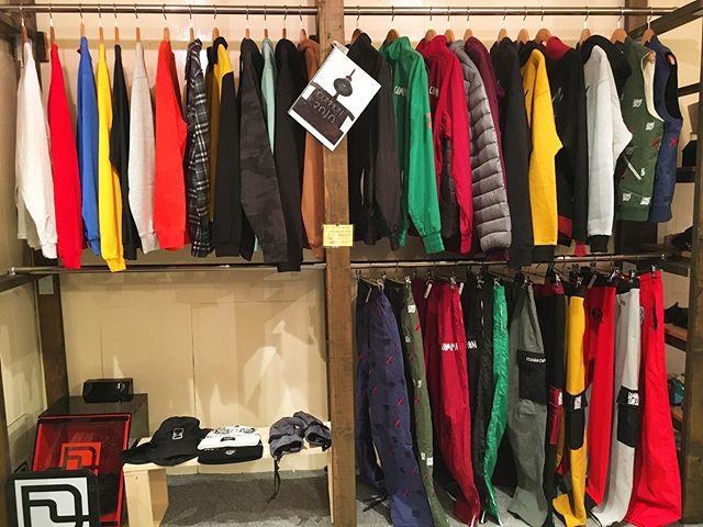 4月1日(水)振替営業〜🕺🏿.2020FALL@commonapparel展示会やってます.なかなか試着する機会も少ないブランドなので、この機会に是非😎.※こんな時期なので、体調不良の方はご来店を自粛頂くようご配慮お願い致します。.#colorsnowboardshop #colorgang #ヨコノリスタ #イロヲ出セ #snowboardshop #宇都宮 #カラースノーボードショップ #スノーボード #展示会 #commonapparel