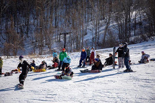 4月14日(火)ファッキンコロナ休業中〜.まだまだ雪はありましたが、スキー場も続々とクローズしてしまいなんとも寂しい気持ちですが、この状況は仕方ないっすね、、。.終息すればまたみんなで遊べるまずは一早い終息を.この溜まりに溜まったフラストレーションは来シーズン必ずブチカマしましょー!!.BIGな宴のイメージ出来てます😎笑.まずは引き続き皆様、手洗いうがいに予防に徹底してくださいね〜!!.#colorsnowboardshop #colorgang #ヨコノリスタ #イロヲ出セ #snowboardshop #宇都宮 #カラースノーボードショップ #スノーボード #ファッキンコロナ #休業中