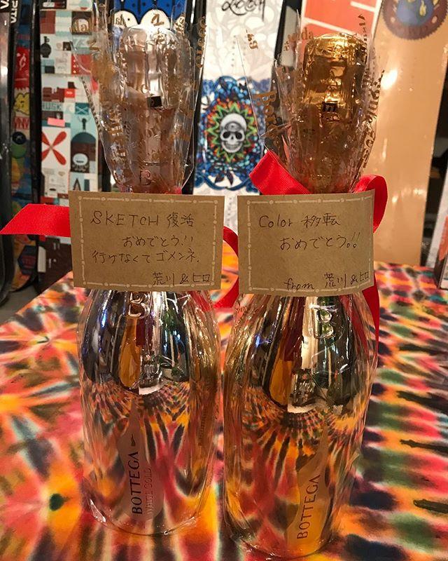 おはよーございます!11月6日(火)Openしてまーーース!.SKETCH裏秘話実は「SKETCHに参加出来なくてごめんね」っていってシャンパンの差し入れをくれた人達がいました。そんな差し入れのもらい方したの初めてです笑ホントーは当日みんなで乾杯したかったのですが、会場が持ち込み禁止だったため乾杯出来ずお店に飾ってあります!笑.なんかのタイミングでみんなで乾杯しましょう🥂🥂🥂.荒川さん、ヒロさんありがとうございました.今日もお待ちしてマーーース!!!!.#colorsnowboardshop #colorgang #ヨコノリスタ #イロヲ出セ #snowboardshop #宇都宮 #カラースノーボードショップ#sketch#差し入れ#シャンパン