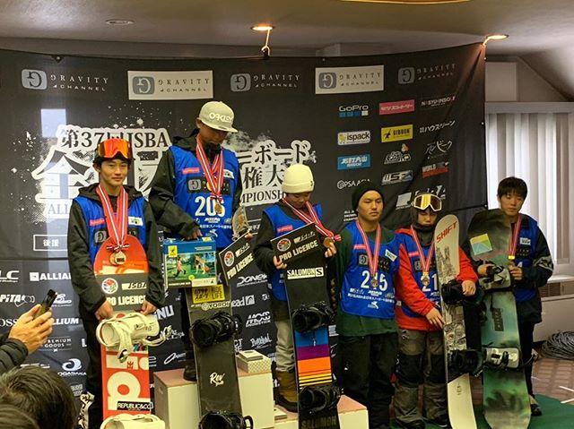 おはよーございますー!3月7日(木)おーぷんしましたよー!.RIDERハル@haruka.konuma@holiday_snowboards.昨日から2日間開催されたJSBA全日本大会.ストレートジャンプ2位.スロープスタイル3位.共に表彰台やってますね〜のってますね〜.おめでとう.全日本応援かけつけられず、すいませんでした.今回、全日本にも出場し、関東大会からカラーギャングをまとめてくれたミチ、ホントにありがとうね!助かりました!.ハル、ミチ、応援組、お疲れ様デシタ!!!!.今日もお待ちしてまーす!!!!.#colorsnowboardshop #colorgang #ヨコノリスタ #イロヲ出セ #snowboardshop #宇都宮 #カラースノーボードショップ #スノーボード #全日本大会 #スロープスタイル #ストレートジャンプ #石打丸山スキー場