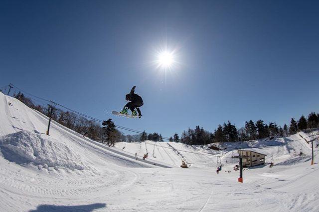 おはよーございます!3月2日(土)ヤッテマスヨーー!!.今年はヒロキさんも滑ってます笑.今週末も南会津は天気良さそうですね〜!!.楽しんでくださいませ!.今日もお待ちしてまーーーす!.#colorsnowboardshop #colorgang #ヨコノリスタ #イロヲ出セ #snowboardshop #宇都宮 #カラースノーボードショップ #スノーボード #ジャンプ #南郷スキー場
