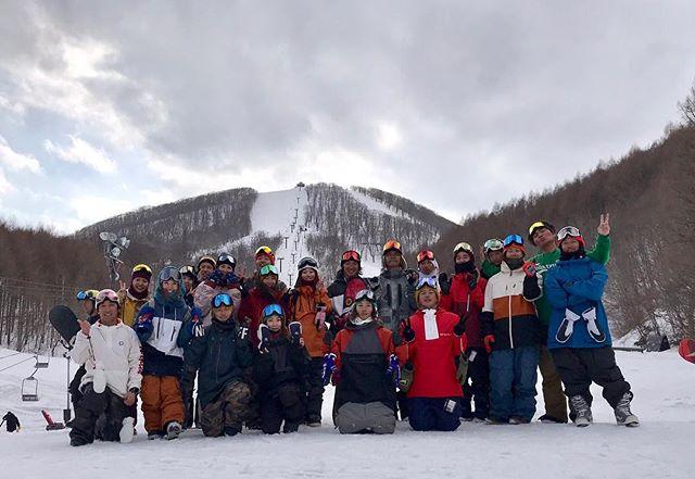 おはよーございます!4月7日(日)やってますよ〜!.COLORGANG猫魔滑ってる模様です!.スベロー会ですか?ってくらい集まってますね!笑.週末GANGとも滑りたいなぁ!.本日20:00クローズご注意下さい!.今日もお待ちまーーーす!.#colorsnowboardshop #colorgang #ヨコノリスタ #イロヲ出セ #snowboardshop #宇都宮 #カラースノーボードショップ #スノーボード #猫魔スキー場 #週末GANG
