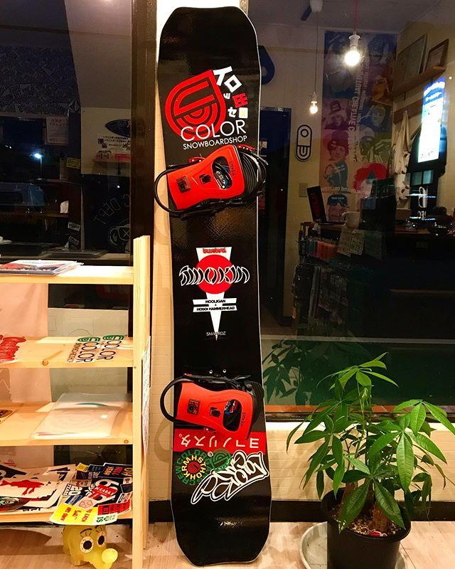 11月26日(火)やってまーす!.お気に入りの板にお気に入りのバインつけてステッカーチューンしてはい、出来上がり。.ステッカーチューンで自分のイロ出していきましょう!.オリジナルステッカーたくさんありますよ♫チェックお願いします!.今日もお待ちしてまーーす!.#colorsnowboardshop #colorgang #ヨコノリスタ #イロヲ出セ #snowboardshop #宇都宮 #カラースノーボードショップ #スノーボード #ステッカーチューン