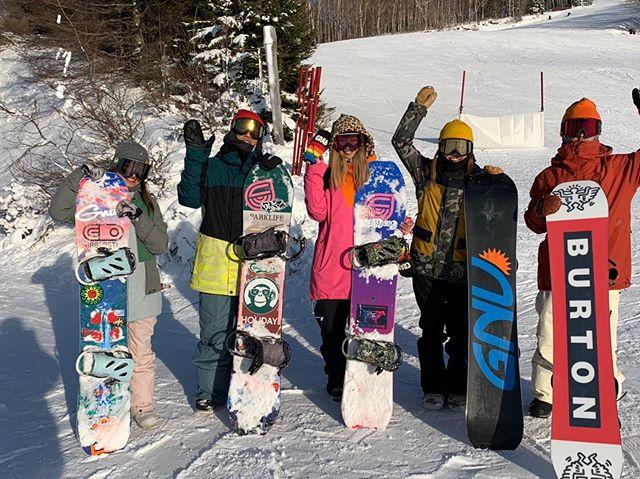 12月10日(火)Openしてまーす!.平日ハンターCOLORGANG。.この時期は降雪部隊も滑ってるから、合流できる🧞♂️.昼間滑って、夜降雪して。.ハンターマウンテンがこの時期に安定して滑れるのは降雪部隊のおかげ.いつもありがとうございます。今シーズンもよろしくお願いします.今日もお待ちしてまーす♫.#colorsnowboardshop #colorgang #ヨコノリスタ #イロヲ出セ #snowboardshop #宇都宮 #カラースノーボードショップ #スノーボード #ハンターマウンテン #降雪部隊 #伝統 #カルチャー