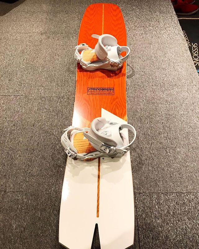 12月26日(木)やってましたー!.スプリングブレイクの板にスプリングブレイクのバイン.オシャレっすねー!楽しんでください♫.年末年始休暇前でお店もラッシュが続いてます。ご予約品の引き取りは余裕を持ってお越しくださいませ。.明日もお待ちしてます!!!!.#colorsnowboardshop #colorgang #ヨコノリスタ #イロヲ出セ #snowboardshop #宇都宮 #カラースノーボードショップ #スノーボード #springbreak #capita