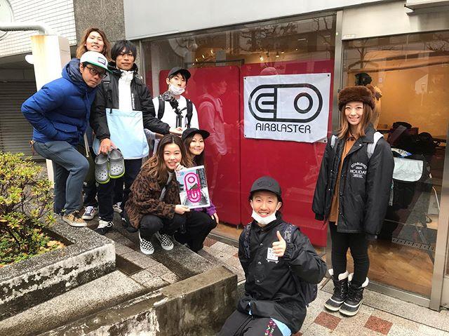 1月16日(木)やってましたーよ!.昨日は毎年恒例の東京ツアー︎20-21モデルの展示会へ行ってきましたよー!!.AIR BLASTERVOLCOM686DAKINE.手伝ってくれたみんなありがとう.カタログ持って帰ってきましたよー!写真もバッチリ撮ってきました📸.皆さま、チェックしに来てくださいね☃️.明日もお待ちしてます♫.#colorsnowboardshop #colorgang #ヨコノリスタ #イロヲ出セ #snowboardshop #宇都宮 #カラースノーボードショップ #スノーボード #展示会 #東京ツアー #volcom #686 #airblaster #dakine
