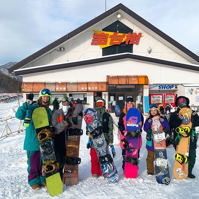 1月23日(木)閉店しましたー!.昨日の定休日はお初の宝台樹へ。.最近COLORGANGもちょいちょい行ってるらしく、噂通り地形遊びの宝庫でした。ローカル大河アデンドありがとう.また行きたいゲレンデが一つ増えました♫宝台樹スキー場オススメです♫.セッションした皆さん、おつかれっした♫.明日も19:30オープン!!連日、ウエアーのご予約ありがとうございます.まだの方も是非お待ちしておりますよー.明日もお待ちしてます♫.#colorsnowboardshop #colorgang #ヨコノリスタ #イロヲ出セ #snowboardshop #宇都宮 #カラースノーボードショップ #スノーボード #宝台樹スキー場